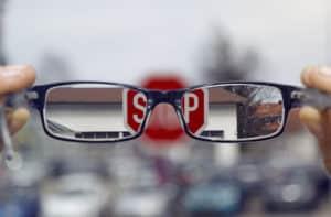 Brillenträger sollten beim Autofahren nicht auf ihre Sehhilfe verzichten!